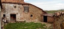 Casa para reformar, con finca de 1200 m2. en Rebollar