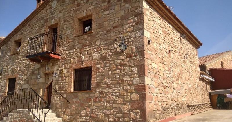 Magnifica casa de piedra rosa en Romanillos